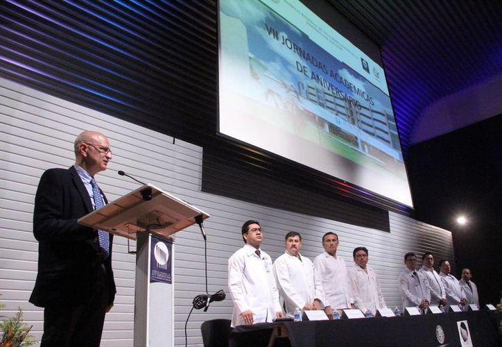 Imagen de la participación de el director general de Coordinación de los Institutos Nacionales de Salud de la SSA, Simón Kawa Karasik. (José Acosta/SIPSE)