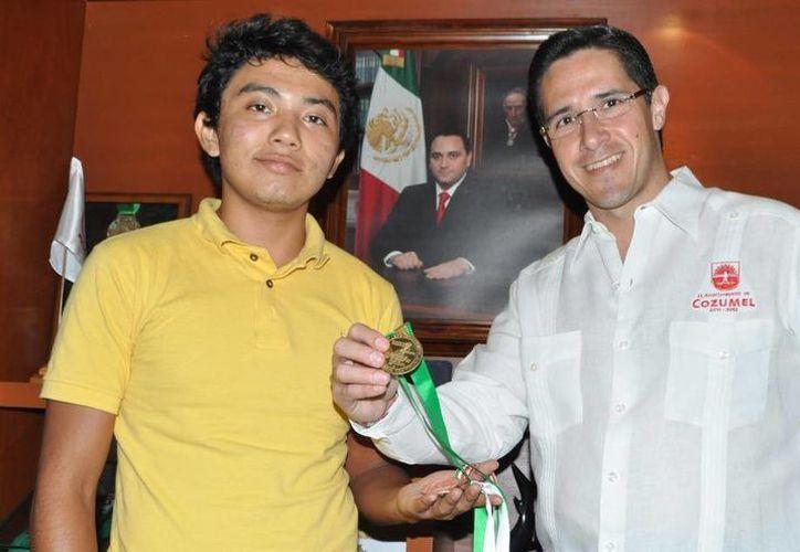 El atleta Juan Pablo Tec Chim y El alcalde de la Isla de las Golondrinas. (Cortesía/SIPSE)