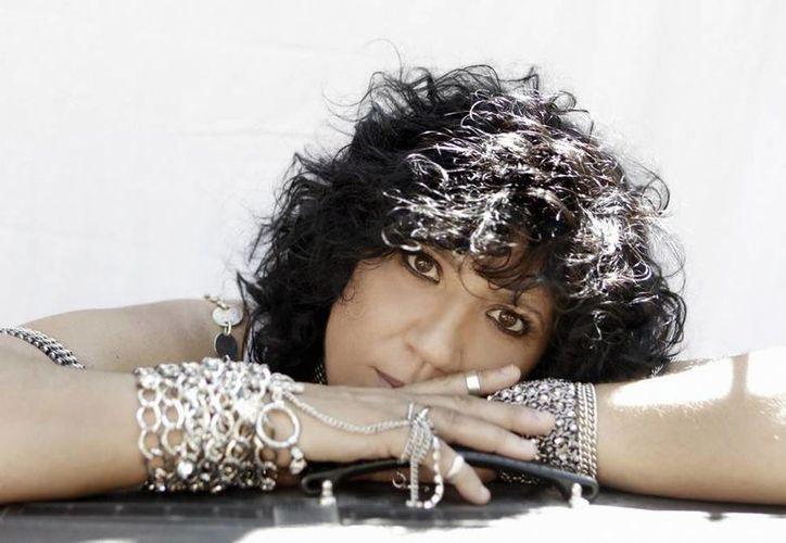 """La cantautora española Rosana Arbeló presentó en Miami, Florida, su más reciente disco titulado """"8 Lunas"""", el octavo de su carrera. (EFE)"""