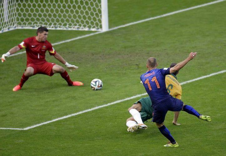 Robben metió el primer gol para los tulipanes al minuto 19 para llegar a tres tantos en el certamen. (Foto: AP)