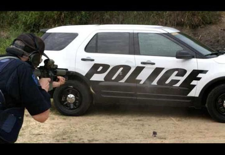 La empresa Ford diseñará para camionetas de policía puertas capaces de detener balas calibre .30 disparadas con rifles de alta potencia. (Foto de contexto tomada de eldiariodechihuahua.mx)
