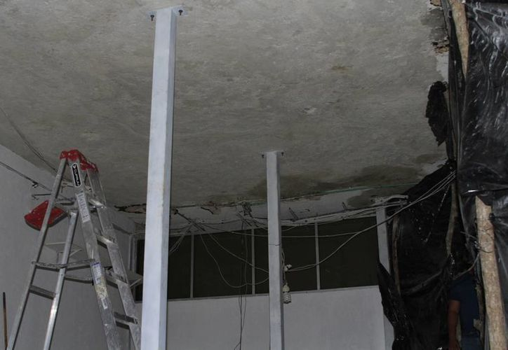 Compañeros se cuidan y se alejan de las partes que empiezan a desprenderse del techo. (Paloma Wong/ SIPSE)