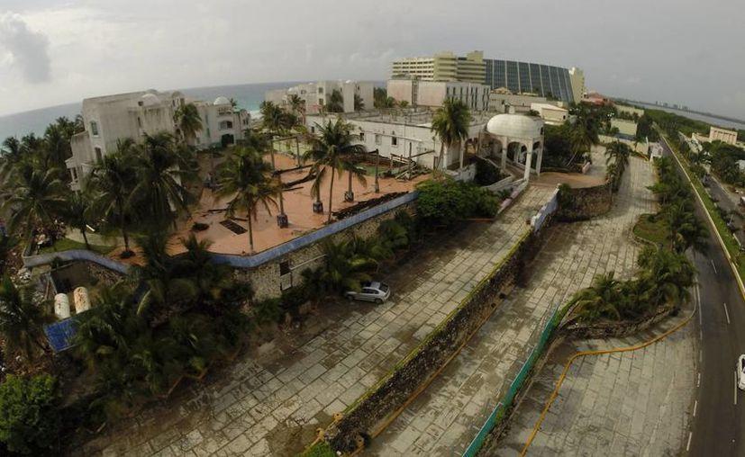 El Comité de Imagen Urbana de Cancún y Fonatur tienen un inventario de 25 propiedades entre edificios y lotes abandonados. (Israel Leal/SIPSE)
