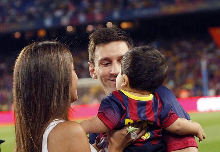 Lionel Messi junto a su novia, la argentina Antonella Roccuzzo y su hijo Thiago, en el Camp Nou. (EFE/Archivo)