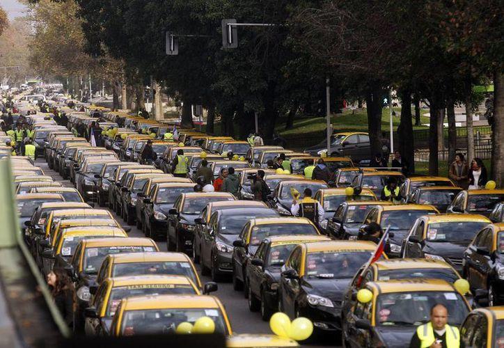 Cientos de taxistas bloquearon la avenida más importante de Santiago, la Alameda, para protestar contra Uber. (EFE)