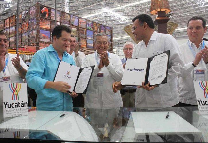 La firma fue entre el gobernador de Yucatán, Rolando Zapata Bello y el presidente ejecutivo de Interjet, Miguel Ángel Alemán. (Redacción/SIPSE)