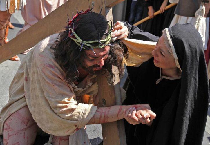 Un momento emotivo de la Pasión de Jesucristo, frente a la Catedral Metropolitana. (Notimex)