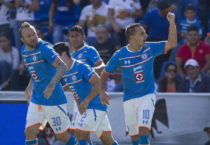 Christian Giménez (d) consiguió desde el manchón penal los dos tantos que le dieron la victoria al Cruz Azul sobre los Pumas, en el inicio de la jornada sabatina de la fecha nueve. (Notimex)