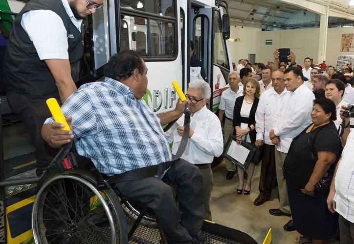 Los autobuses tienen rampa de ascenso y descenso, cuatro espacios para sillas de ruedas con anclaje y ganchos de seguridad al piso, entre otros aditamentos. (SIPSE)
