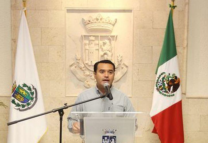 Renán Barrera en su encuentro informativo de los lunes. (Cortesía)