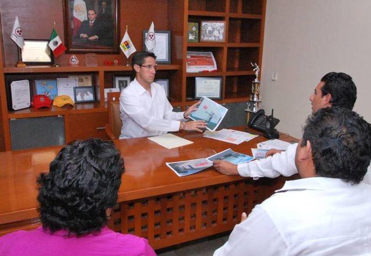 El alcalde durante una reunión con autoridades. (Cortesía/SIPSE)