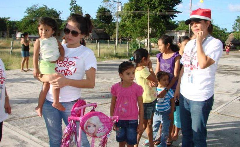 Las integrantes del equipo colaboraban afanosamente en la organización de la entrega de los regalos. (Manuel Sanazar/SIPSE)