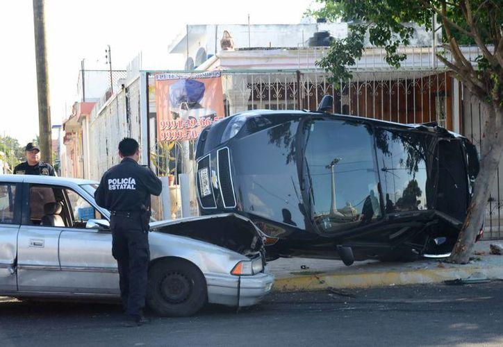 Con la que menos esperaba chocar Anahí Mijangos, tras 'volarse' un alto, era con su suegra. El accidente ocurrió en el barrio de San Sebastián. (Cuauhtémoc Moreno/SIPSE)