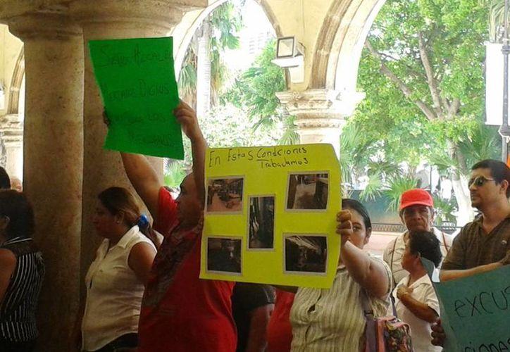 La protesta que locatarios del mercado Lucas de Gálvez en el Ayuntamiento, la mañana del martes. (SIPSE)