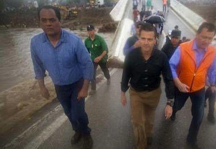 Peña Nieto (c) durante su reciente visita a Coyuca, Guerrero. (Milenio)