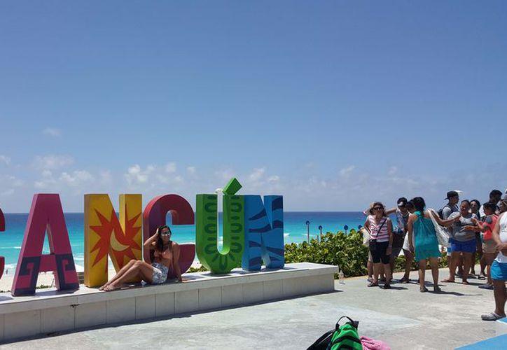 El parador o las letras de Cancún ubicado en Playa Delfines o el mirador es visitado por turistas nacionales y extranjeros. (Foto: Jesús Tijerina/SIPSE)