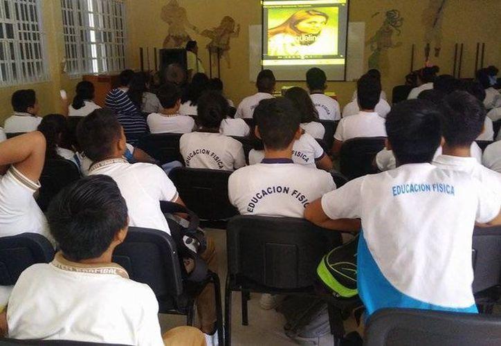Jóvenes estudiantes escucharon charlas impartidas por elementos de AA en Playa del Carmen. (Daniel Pacheco/SIPSE)