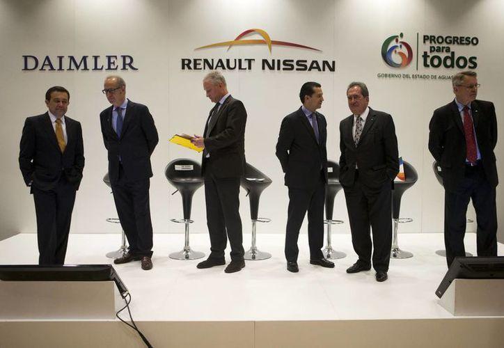 Directivos de Daimler y Rennault-Nissan durante una conferencia de prensa para anunciar la construcción de una planta en Aguascalientes para fabricar autos de las marcas Infiniti y Mercedes. (Foto: AP)
