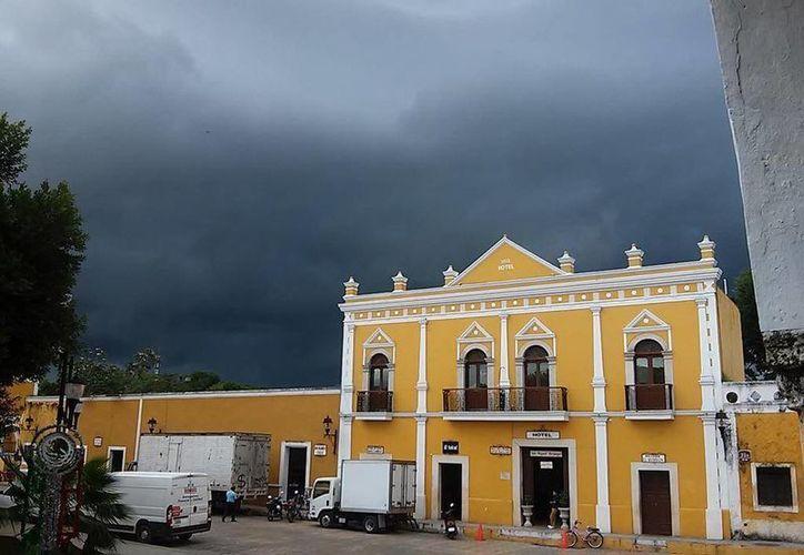 En Izamal la lluvia ya cayó desde hace un buen rato. (@climaYucatan)