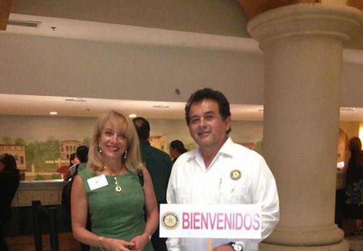 Rotarios de Mérida recibiendo a sus invitados. (Facebook)