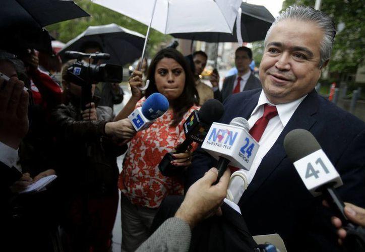 Mauricio Berreondo, abogado del expresidente guatemalteco, habla con la prensa después de la comparecencia de Portillo. (Agencias)