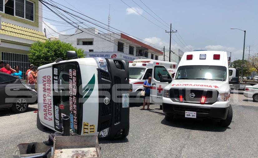 La unidad de Transporte Terrestre Estatal (TTE) prácticamente cayó sobre la cajuela de un vehículo. (Eric Galindo/SIPSE)