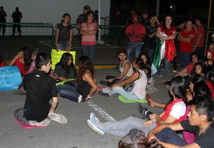 Los estudiantes amenazaron con mantener su protesta, frente a la Casa de Gobierno, hasta que sean atendidos por el gobernador de Quintana Roo. (Harold Alcocer/SIPSE)