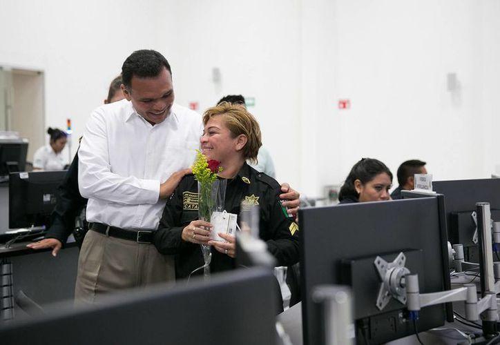 Imagen del encuentro del Gobernador con empleadas de las corporaciones de seguridad de Yucatán. (Milenio Novedades)