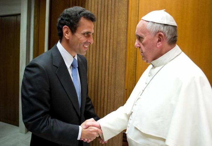 Hugo Capriles saluda a Su Santidad durante la reunión que sostuvieron este miércoles en El Vaticano. (EFE)