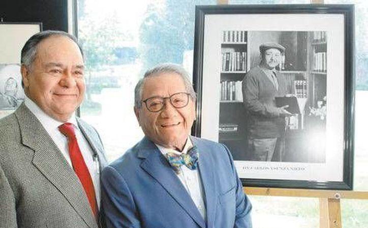 Armando Manzanero confesó que la colección de fotos le trae grandes recuerdos. En la foto, Carlos Ysunza junto al compositor yucateco.(Alfonso Manzano/Milenio Digital)