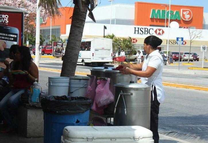 De acuerdo con la oficina Recaudadora de Rentas municipal, 70% de los vendedores  informales ya han sido regularizados.  (Carlos Calzado/SIPSE)