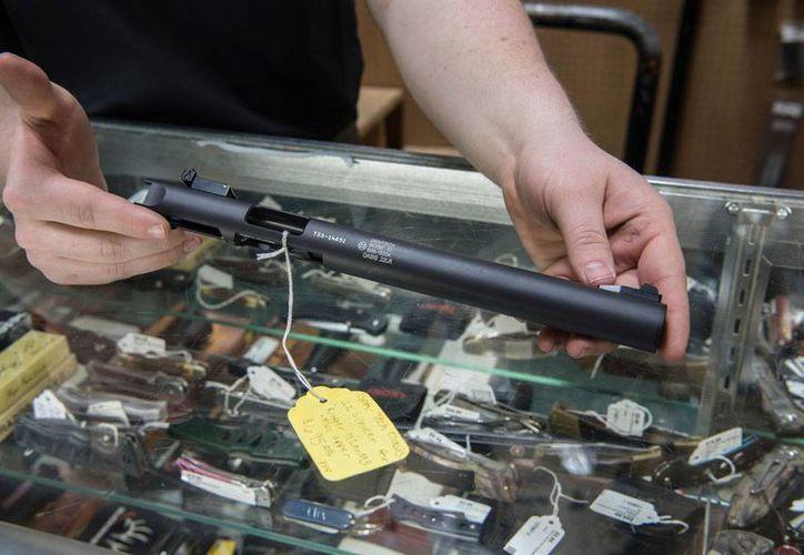 Imagen tomada el 31 de enero de 2017, de un silenciador que exhiben en una tienda de armas en Stockbridge, Georgia, EU. (AP/Lisa Marie Pane)