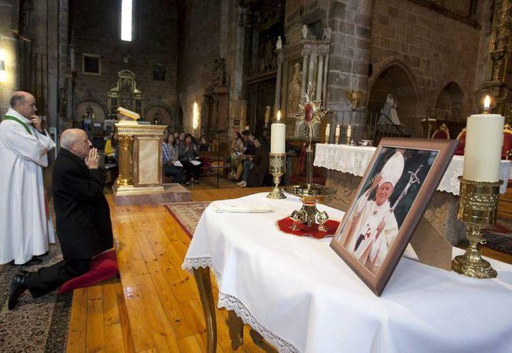 Hallan una parte de la reliquia del papa Juan Pablo II que había sido robada. En la foto, un aspecto de la misa en la Iglesia de San Pedro de Ávila con motivo de los 30 años de la visita de Juan Pablo II a España, donde se veneró la reliquia. (EFE/Archivo)