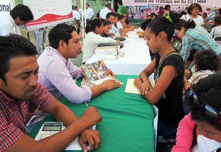 Numerosos vecinos de la colonia Salvador Alvarado Sur se interesaron por alguna vacante. (Milenio Novedades)