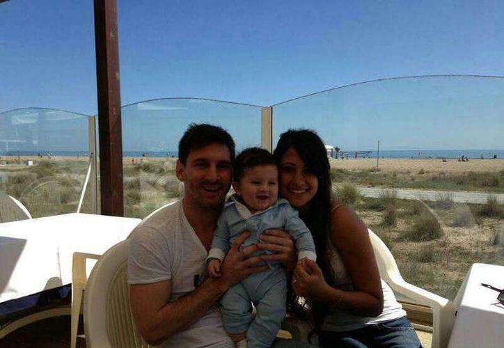La familia Messi reunida en torno a Thiago, el heredero. (Facebook oficial)