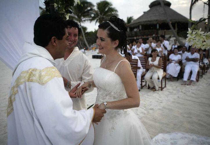 Se destaca que Q. Roo es ideal para aquellas parejas que gustan de los sitios con playa, sol y un cielo azul que hace contraste con las cristalinas aguas del mar Caribe. (Israel Leal/SIPSE)