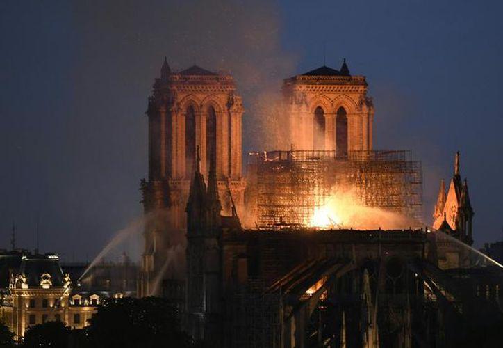 Bomberos de París informan que la estructura de la catedral de Notre Dame ya se encuentra a salvo. (AFP)