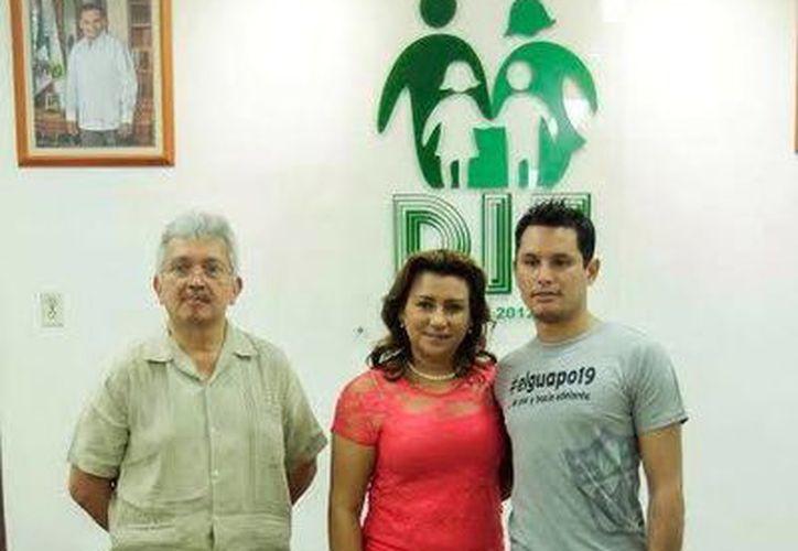 Limber Sosa Lara,  Sara Blancarte de Zapata y Wilbert Hugo Pérez López posan para la foto, después de que se le colocó la prótesis al joven. (Milenio Novedades)