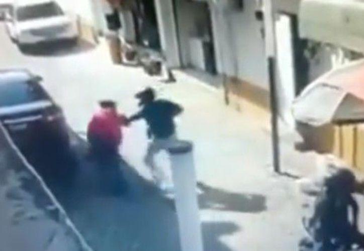 Ivonne logró soltarse de su asaltante y corrió hacia un negocio para protegerse, sin embargo, los delincuentes lograron salirse con la suya. (Foto: Captura de pantalla).