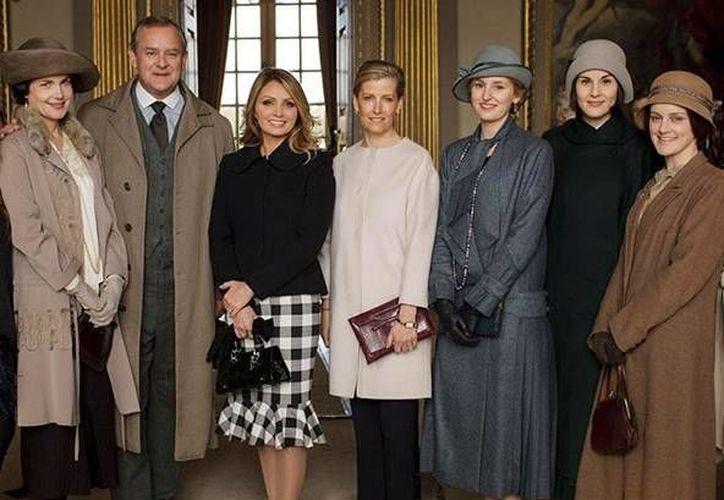 Angélica Rivera rodeada por los actores y actrices que aparecen en la exitosa serie inglesa 'Downton Abbey'. (hola.com)