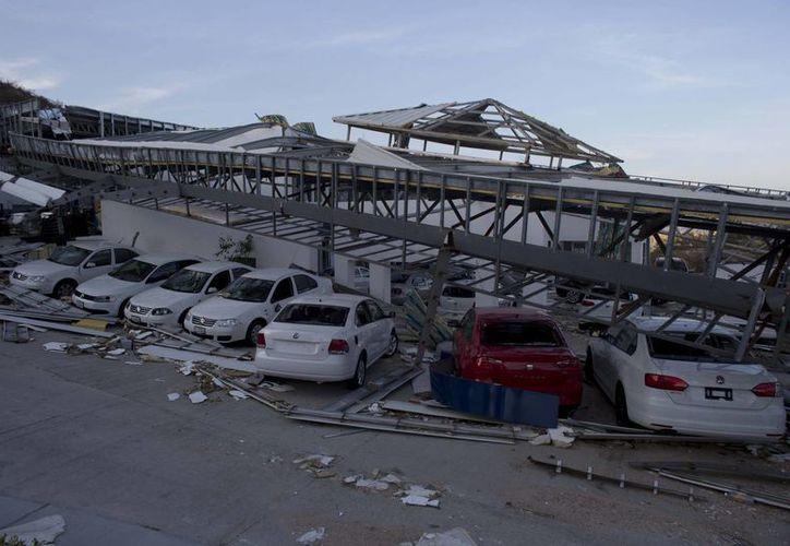Este negocio de autos en San José de los Cabos quedó con severos daños a causa del paso del huracán Odile en Baja California Sur. (Foto: AP)