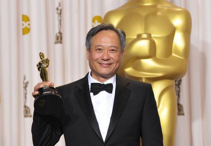 Ang Lee con su premio en el backstage de los Oscar, la noche del domingo. (Agencias)