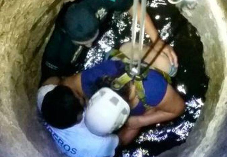 Policías y bomberos se coordinaron para rescatar del fondo de un pozo a una mujer que intentó suicidarse. (Cortesía)
