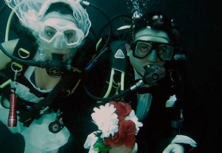 El turismo en México ha 'resurgido' gracias a las bodas en lugares poco convencionales, como, por ejemplo, bajo el agua. La imagen corresponde a un matrimonio en un cenote de Yucatán. (SIPSE)
