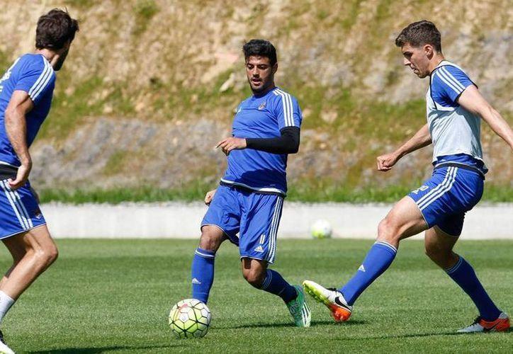 Carlos Vela (de frente) no fue tomado en cuenta para el último partido de su club, la Real Sociedad de San Sebastián, en la Liga de España. (Archivo/facebook.com/RealSociedadFutbol)