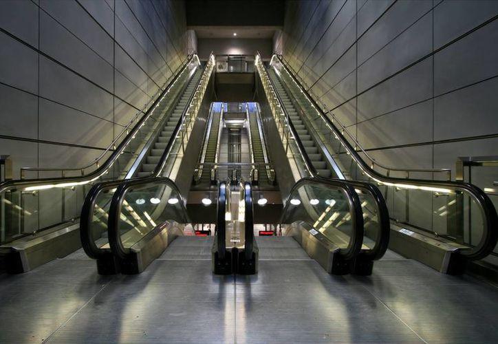 La joven indicó que cuando se encuentra en una escalera eléctrica, siente el movimiento de los pasos en el transportador como si fueran los espacios que hay en su columna vertebral. (wikipedia.org)