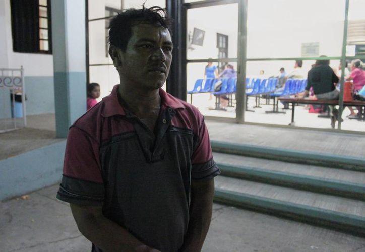 Alfonso Hernández Hernández lamenta la actitud encontrada en el personal médico hacia su hijo de un año, desfallecido. (Harold Alcocer/SIPSE)