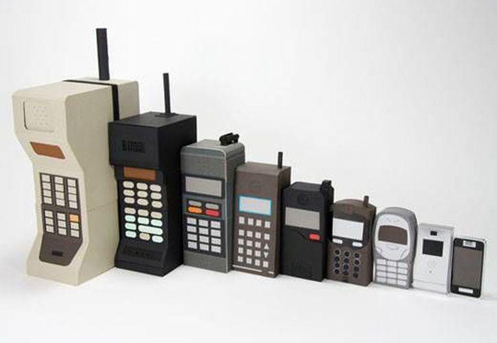 La evolución de los celulares, desde el voluminoso walkie-talkie hasta llegar a los elegantes teléfonos inteligentes. (http://lincinews.com)