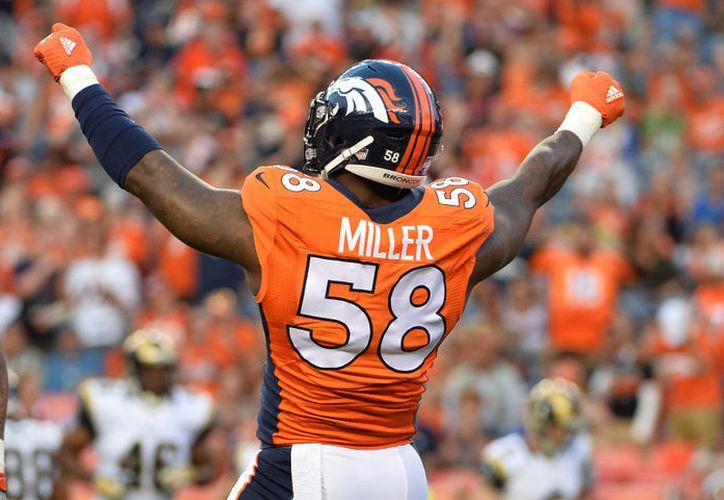 Von Miller, jugador de los Broncos posó con el tiburón antes de que lo devolviera al océano y lo expuso en redes sociales. (Contexto/Internet)