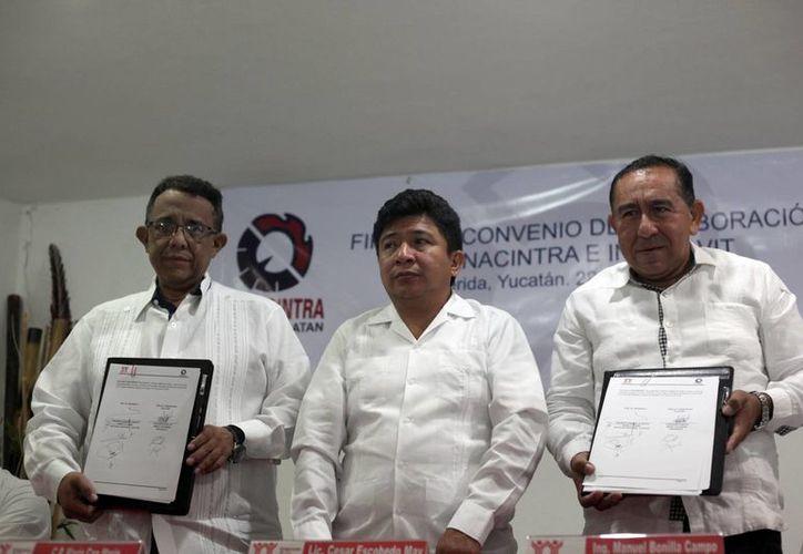 El dirigente de la Canacintra, Mario Can Marín, con el delegado del Infonavit, Manuel Bonilla Campo, durante la firma de un convenio a favor de trabajadores del sector industrial. (Amílcar Rodríguez/Milenio Novedades)